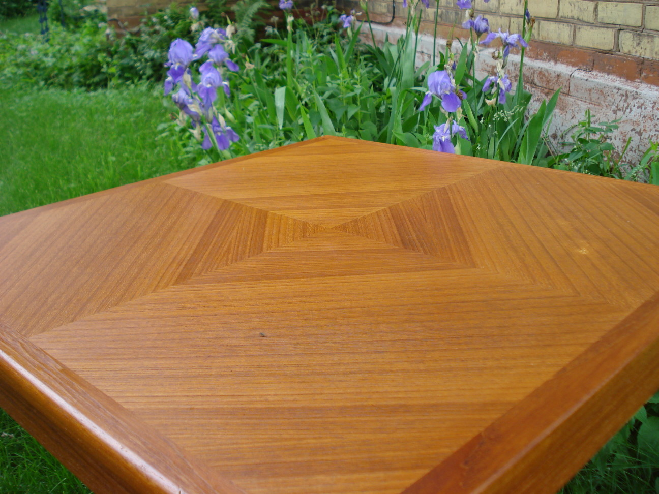 Mobelfabrikken Toften Teak Table - detail of book-matched diamond veneer top